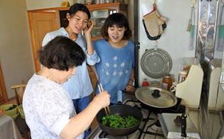 収穫した作物の調理を体験する訪日客ら