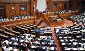 与党などの賛成多数で改正民法が可決、成立した参院本会議(13日午前)
