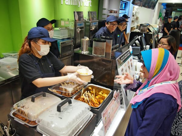マレーシアの店舗ではおでんやおにぎりなど日本のコンビニでおなじみの商品も提供する