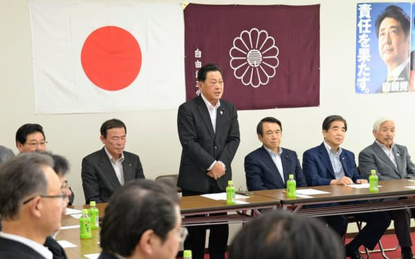 県政政策検証委員会であいさつする鈴木委員長(13日、甲府市)