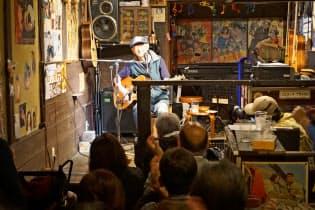 40年以上歌い続ける木村充揮さんのライブには古くからのファンらが詰めかける(5月19日、大阪府茨木市)
