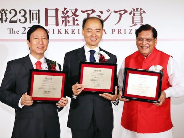 日経アジア賞を受賞した(右から)ビンデシュワル・パタク氏、馬軍氏、グエン・タイン・リエム氏(13日午前、東京都千代田区)