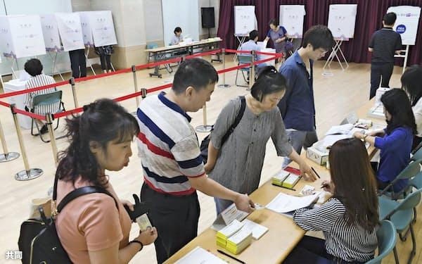 統一地方選に投票する韓国の有権者(13日、ソウル)=共同