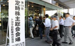 トヨタ自動車の株主総会に向かう株主ら(14日午前、愛知県豊田市)