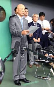 記者会見で謝罪する日本レスリング協会前強化本部長の栄和人氏(14日午前、東京都世田谷区の駒沢体育館)=共同