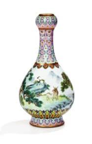 約21億円で落札された花瓶(サザビーズ提供)=共同