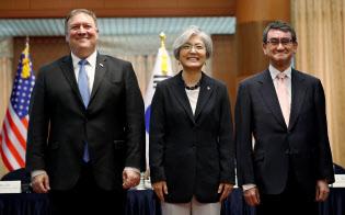 会談前に記念写真に応じる(右から)河野外相、韓国の康京和外相、ポンペオ米国務長官(14日、ソウル)=ロイター