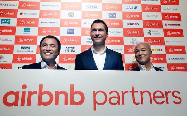 記者発表会に出席した(左から)エアビーアンドビー日本法人の田辺泰之代表取締役、米エアビーアンドビーのネイサン・ブレチャージク共同創業者、カルチュア・コンビニエンス・クラブの増田宗昭社長(14日、東京都渋谷区)