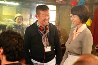 撮影現場で3姉妹の長女役の真木よう子(右)と話す鄭義信(C)2018「焼肉ドラゴン」製作委員会