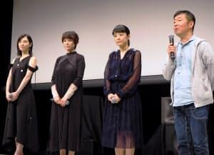 試写会で舞台あいさつする鄭監督(右端)と、三姉妹を演じた女優陣(大阪市)