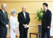 米朝首脳会談を受け、安倍首相と面会した横田早紀江さん(左から2人目)ら(14日、首相官邸)