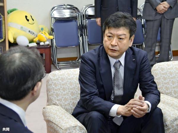 福島県の内堀雅雄知事と会談する東京電力の小早川智明社長(右)=14日午前、福島県庁