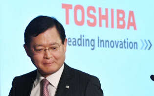 東芝が自社株買いの方針を示したことで、車谷暢昭会長らによる事業戦略が焦点に(写真は5月の決算会見、東京都港区)