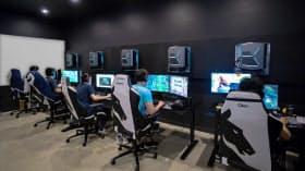 高性能パソコンやモニターは普通に買うと計40万円ほど。椅子も4万円程度のブランドの特注品