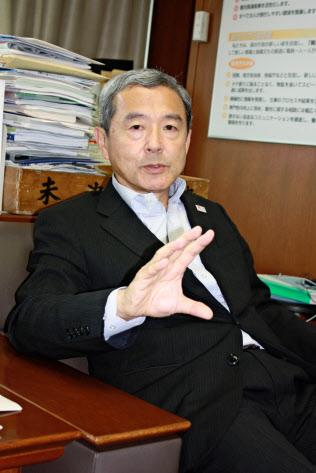 民泊新法の施行に合わせ、インタビューに応じる観光庁の田村明比古長官