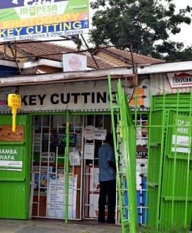 ケニアでは携帯電話を使ったモバイル決済が普及している(首都ナイロビ郊外の店舗、左上と真ん中に「M-Pesa」の表示)