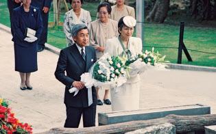 ひめゆりの塔に献花する天皇、皇后両陛下(1993年4月、沖縄県糸満市)