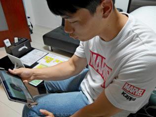 15日、福岡市の民泊の物件にチェックインする韓国人のパク・リュンさん(24)