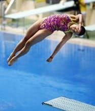 女子3メートル板飛び込みで優勝した金戸凜(15日、東京辰巳国際水泳場)=共同