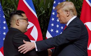 トランプ米大統領と北朝鮮の金正恩(キム・ジョンウン)委員長=AP