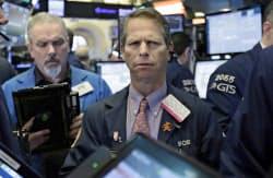 ニューヨーク証券取引所のトレーダー=AP