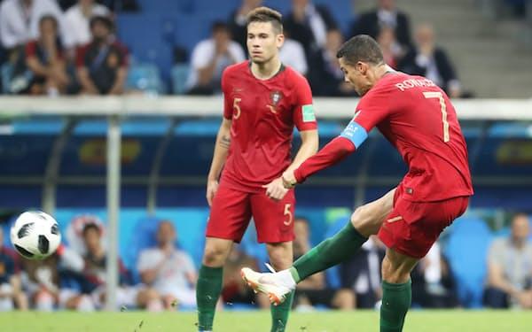 後半、ハットトリックとなる同点ゴールを決めるポルトガルのロナルド=沢井慎也撮影