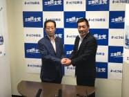 立憲民主党道連の佐々木隆博代表(左)と握手する勝部賢志氏(16日、札幌市)