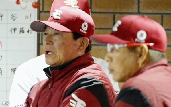 16日、阪神戦に臨む楽天・梨田監督(左、楽天生命パーク)=共同