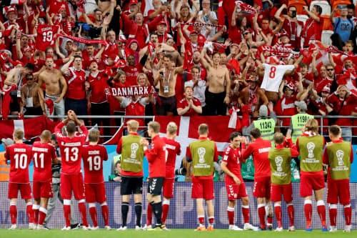 ペルーに勝ち、サポーターの声援に応えるデンマークのイレブン=ロイター