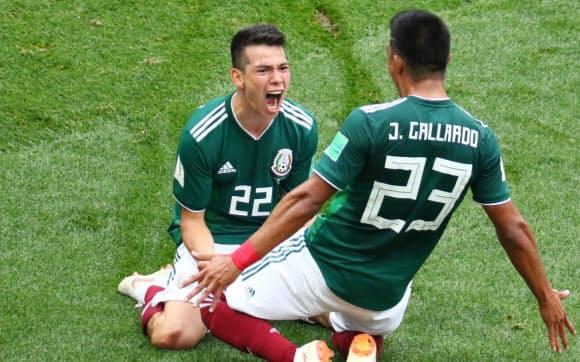 前半、ゴールを決め、ガジャルド(右)と喜ぶメキシコのロサノ=三村幸作撮影