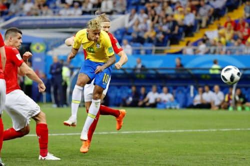 ブラジル―スイス 後半、ヘディングシュートを放つブラジルのネイマール=右手前(17日、ロストフナドヌー)=共同
