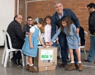 17日、家族とともに投票所を訪れたドゥケ氏(写真右上)