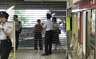 運行再開のめどが立っていないことを説明する地下鉄御堂筋線江坂駅(大阪府吹田市)の駅員ら