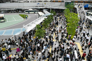 JR全線で運転を見合わせ、混雑するJR大阪駅前のバス乗り場(18日午前、大阪市北区)
