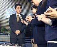 大阪府北部の地震について、記者団の取材に応じる安倍首相(18日午前、首相官邸)=共同