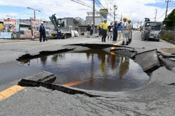 地震の影響で陥没した道路(18日午後、大阪府高槻市)