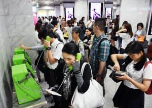 JR全線で運転を見合わせ、混雑するJR大阪駅(18日午前、大阪市北区)