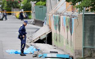 プールの外壁が倒壊し、女子児童が死亡した現場(18日午後、大阪府高槻市の市立寿栄小学校)