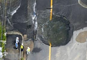 地震で水道管が破裂した現場(18日午前、大阪府高槻市)=共同