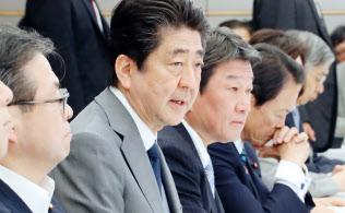経済財政諮問会議・未来投資会議の合同会議であいさつする安倍首相(15日、首相官邸)