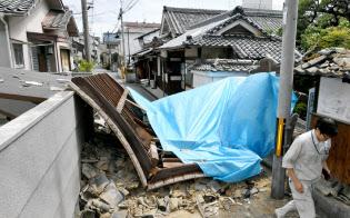 地震で倒壊した寺の門(18日午後、大阪府茨木市)