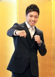 記者会見でポーズをとる、WBOスーパーフェザー級2位の伊藤雅雪(18日、東京都千代田区)=共同