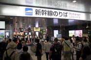 JR岡山駅の新幹線改札口は午後になっても運転再開を待つ客などで混雑した(18日)
