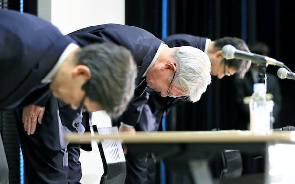 引責辞任を発表した神戸製鋼所の川崎博也会長兼社長(当時、中央)=3月6日、東京都中央区