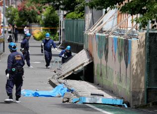 プールの塀が倒壊し、女子児童が死亡した現場(18日午後、大阪府高槻市の市立寿栄小学校)