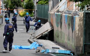 大阪北部地震でプールの塀が倒壊し、女子児童が死亡した現場(18日午後、大阪府高槻市の市立寿栄小学校)