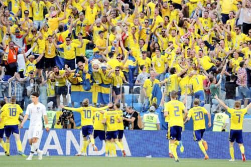 スウェーデン―韓国 後半、先制点を挙げ、スタンドのサポーターのもとに駆け寄るスウェーデンイレブン(18日、ニジニーノブゴロド)=ロイター