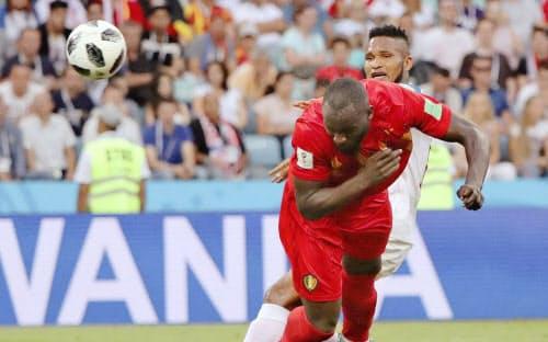ベルギー―パナマ 後半、ヘディングで2点目のゴールを決めるベルギーのルカク=手前(18日、ソチ)=ロイター
