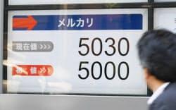 東証マザーズに上場し、5000円の初値がついたメルカリの株価(19日午前、東京都中央区)