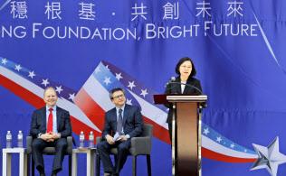 12日、米国在台協会の新庁舎落成式典であいさつする蔡・台湾総統(右)=AP